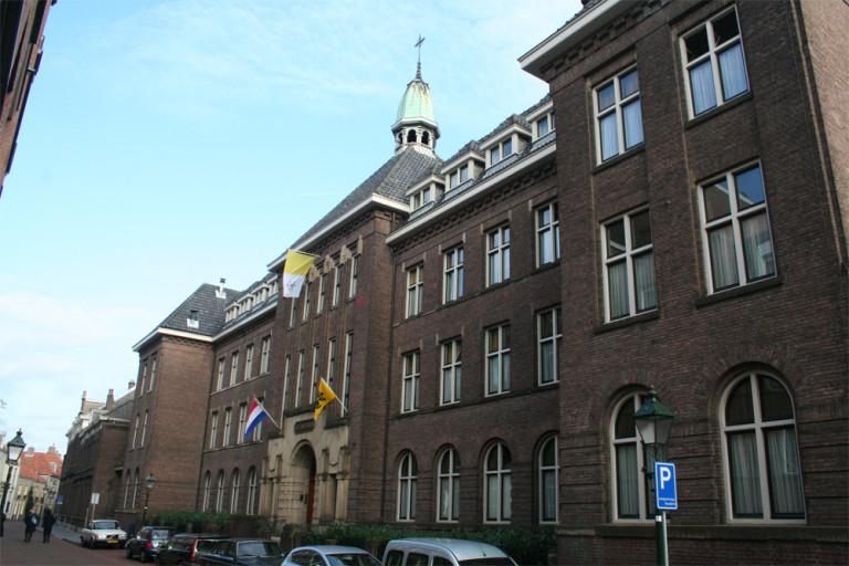 De vlaggen hangen uit op het Sint-Janscentrum